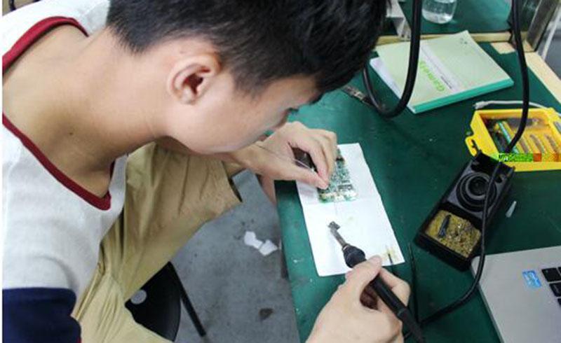 廣州培眾手機維修_學員加焊手機主板