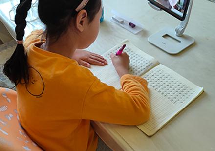 學員硬筆書法課學習場景